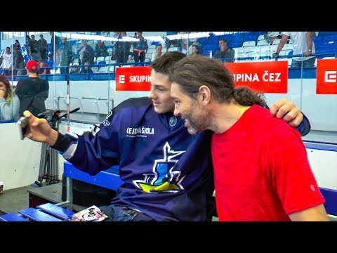 Jaromír Jágr rozdával na Hokejové škole podpisy, úsměvy a také selfíčka