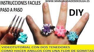 Repeat youtube video COMO HACER UN ANILLO CON UNA FLOR DE GOMITAS CON DOS TENEDORES. MUY FACIL. VIDEO TUTORIAL DIY