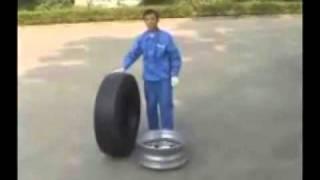 Ручной шиномонтаж грузовых колес.avi(В ролике представлена бортировка колес грузового авто ручным инструментом. Набор ручного инструмента..., 2011-04-26T07:34:57.000Z)