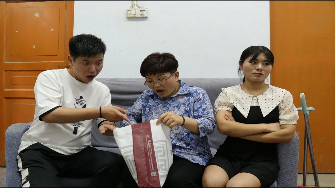 第一次回老家给母亲过生日,妻子只带两颗白菜,丈夫怒了母亲笑了【小白导演】