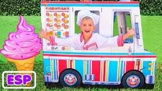 Vlad y Nikita jugando con un camión de reparto de helados