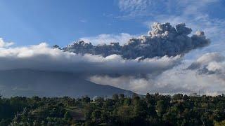شاهد: سحب بركانية تغطي جزيرة سومطرة الإندونيسية