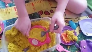 В МАГАЗИНЕ ИГРУШЕК/ Девочки играют с кинетическим песком/ Детское творчество.