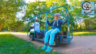 Дети и Машина Манкиту катаются на детском автобусе в парке