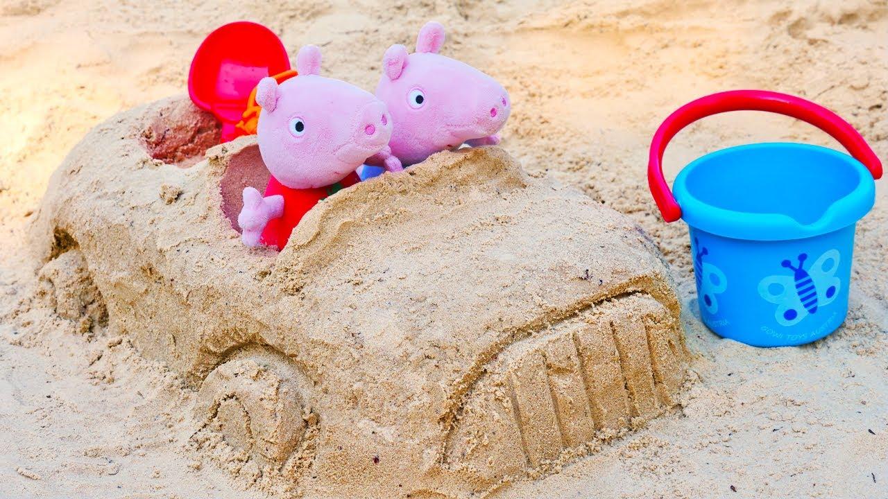 ¡Peppa Pig y su coche de arena! Juguetes de Peluche. Moldes de arena