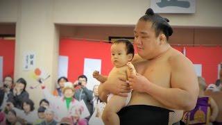 大相撲のお相撲さんが、土俵入りの際赤ちゃんを抱っこして入場すること...