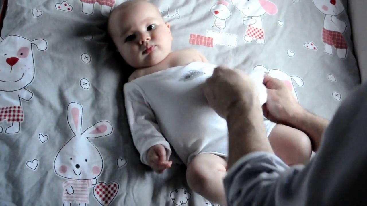 Cómo Poner Un Body A Un Bebé Sin Llantos How To Dress A Newborn Baby In Onesies Youtube
