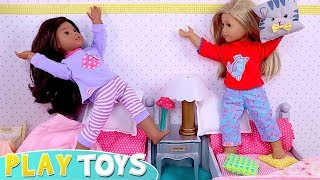 Play Baby Dolls Pillow Fight in Dollhouse Bedroom!