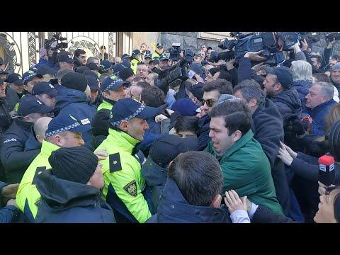 Новые стычки оппозиции с полицией у здания парламента Грузии