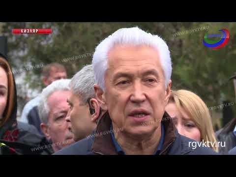 Владимир Васильев возложил цветы к месту трагедии в Кизляре
