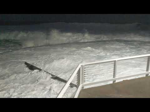 Australia, huge waves swallowing Bronte rock pool (super HQ)