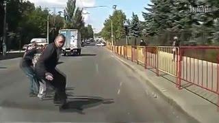 Вот так переходят дорогу идиоты