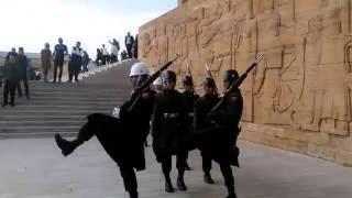 Anıt kabir nöbet değişimi insan gururlanıyor.