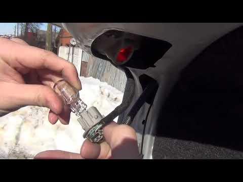 Замена лампы задней противотуманной фары на Toyota Corolla
