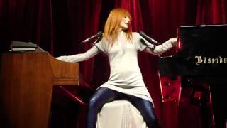 Tori Amos - Strong Black Vine w/ rant part (Vienna Stadthalle 2009-09-25)