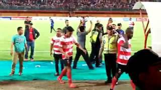 Download Video VIDEO: Ini Detik-Detik Kerusuhan Suporter Usai Laga Madura United Vs Borneo FC MP3 3GP MP4
