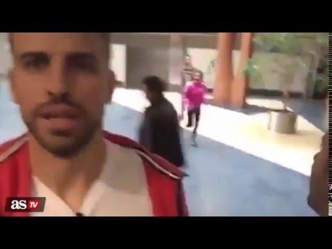 Una fan asalta a Piqué mientras emitía...