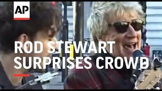 Rod Stewart surprises crowd with impromptu street performance