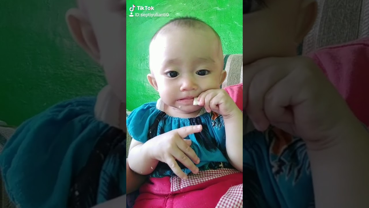 Goyaangggan asyikkk saat makan si bayi lucu ini laah - YouTube