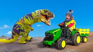 Мальчик ездит на Большом тракторе. Динозавр помогает Мальчику достать трактор из песка