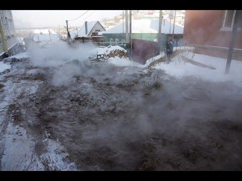 В Уфе прорвало канализацию и потоком воды смыло целую улицу.