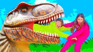 एड्रियाना डायनासोर पार्क और बच्चों के खेल के मैदान में खेलती है  - मनोरंजन के लिए मजेदार वीडियो