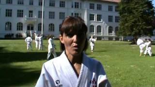 Britt Larsen underviser i karate på Bosei