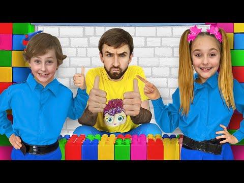 Sasha les enseña a los niños las reglas de conducta y limpieza en lego playhouse