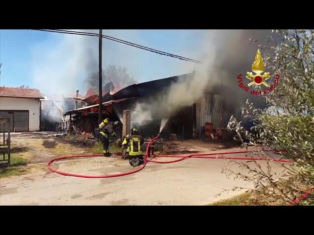 Incendio capannone agricolo a Chiesa Nuova, Vigili del Fuoco al lavoro da ore
