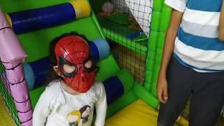 Oyun Parkında Hello Neighbor Kaydıraktan Ters Kaydı Örümcek Adam Kaymadı Tırmandı.