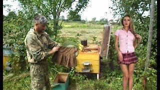 Пчеловод в мини юбке - Mini Skirt