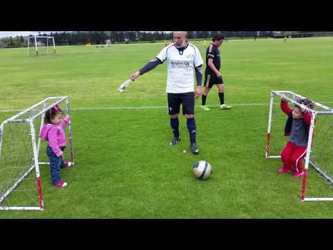 Bebés jugando futbol