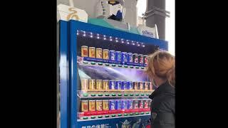 実物大ガンダムの足元のガンダム自販機