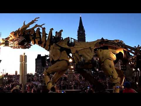 LA MACHINE OTTAWA. DRAGON FIGHTS GIANT SPIDER AT SUPREME COURT OF CANADA IN OTTAWA 2017 CANADA