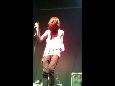 Mayday Parade Ft. Vic Fuentes- Somebody That I Used To Know Live