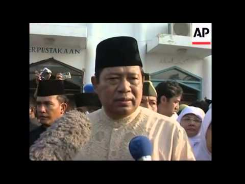 President Yudhoyono attends Eid prayers in Aceh