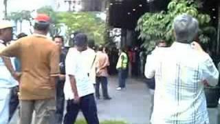 VIDEO KEGANASAN POLIS DALAM HIMPUNAN AMAN PROTES DI KLCC 4