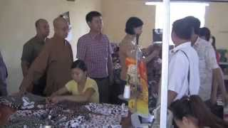 Thich Minh Tâm uỷ lạo người tàn tật tại trường dạy nghề Hà Nam