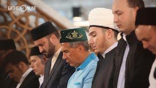 Рустам Минниханов принял участие в общем ифтаре в Кул Шариф(Сегодня мусульмане всей республики, собравшись в мечетях на утренний намаз, начали отмечать праздник Ид..., 2015-07-17T08:21:25.000Z)