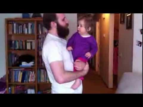 ¿Cómo reacciona una bebé tras ver a su papá sin barba