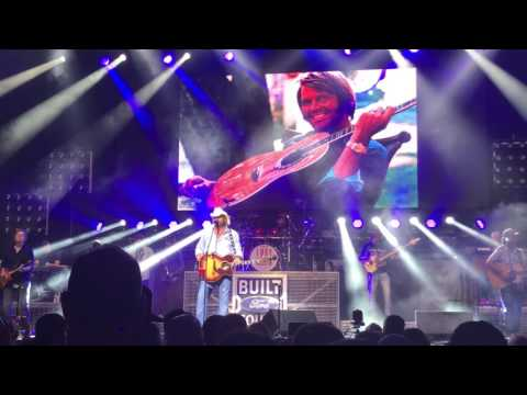 Toby Keith Pays Tribute to Glen Campbell with Wichita Lineman