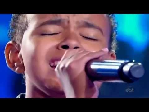 Bambino con una voce incredibile canta