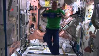 Цирк на орбите МКС / Space Circus on ISS(Психологи Центра подготовки космонавтов имени Ю. А. Гагарина рекомендуют экипажам МКС устраивать час психо..., 2015-10-05T11:50:12.000Z)