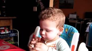 il mange ses croissants...
