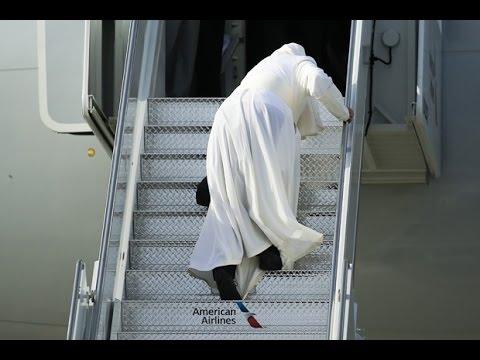 Đức Giáo Hoàng Francis trượt xuống cầu thang máy bay