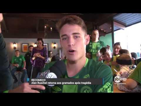 Torcedores da Chapecoense se reúnem para acompanhar jogo contra o Barcelona