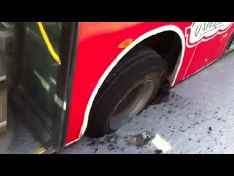 Автобус упал в яму