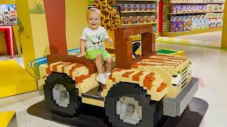 تسوق فلاد ونيكي في متجر الألعاب وقضاء وقت ممتع في ملعب الأطفال ذي الطابع الإنشائي
