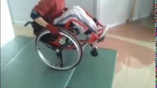 マットで作った段差を車椅子のキャスター上げを使い越えてみました。