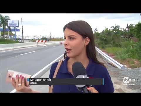 Pedestres se arriscam para atravessar rodovia Antônio Heil que liga as cidades de Itajaí e Brusque